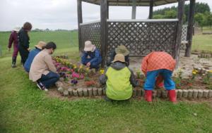 【JAところ通信】牛やのかぁちゃんの会がJA牧場で花植えをしました!