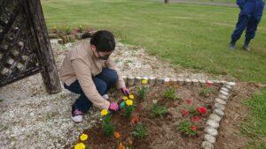 【JAところ通信】農業研修生 俣野みずきさんがJA牧場の花植えに参加!