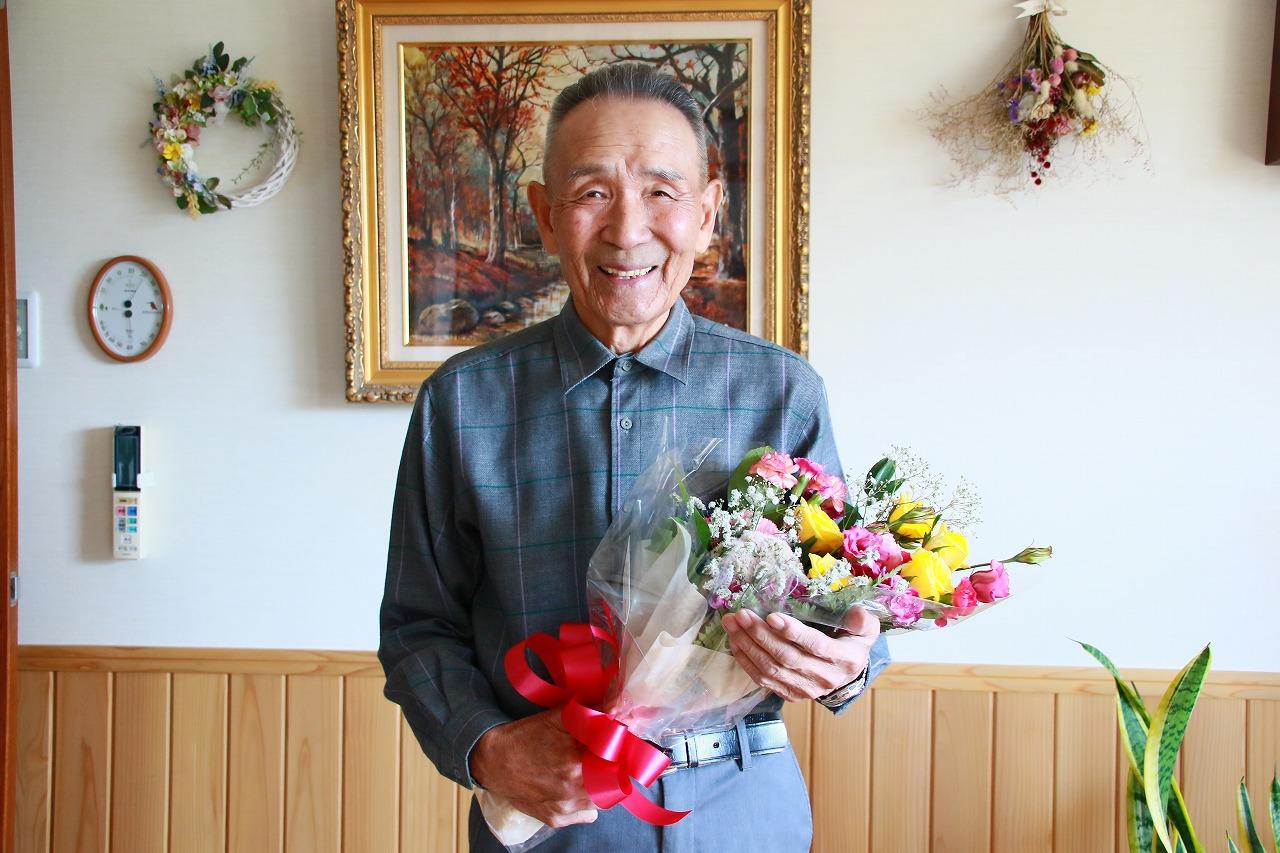 【JAところ通信】米寿のお祝いに花束と記念品を贈呈しました